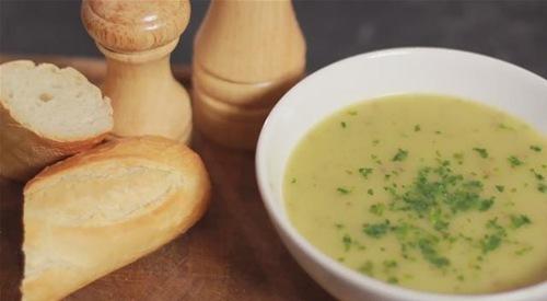 Supa crema de cartofi cu patrunjel verde