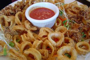 Calamari în sos de roşii