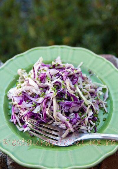 Salata de varza cu castraveti si ceapa verde