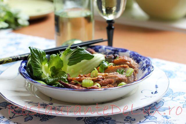 Bibilica la tigaie pe pat de salata bok choy