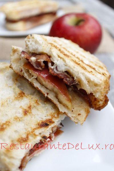 Sandwich cu bacon, branza brie si mar