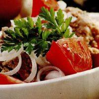 Salata_de_ton_cu_rosii_si_ceapa
