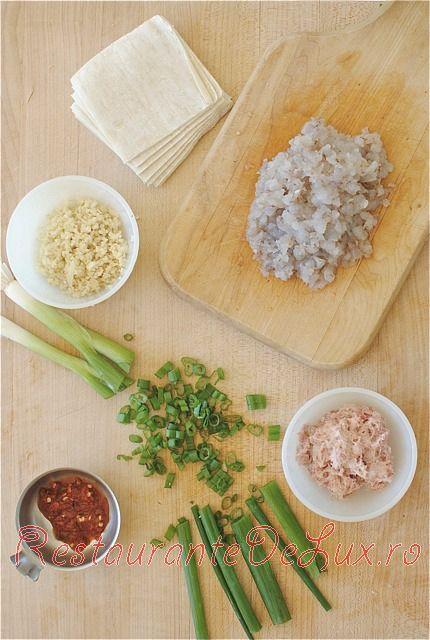 Gogosele umplute cu creveti prajiti si carne de porc cu sos dulce-acrisor