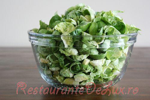 Salata cu varza de bruxelles, bacon, afine si branza de capra