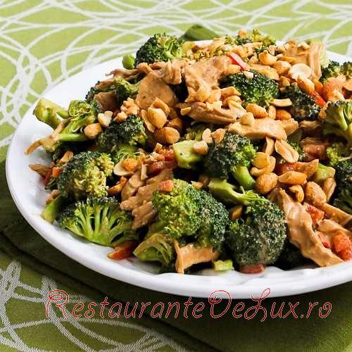 Salata_de_pui_cu_broccoli_ardei_rosu_si_dressing_cu_unt_de arahide_6
