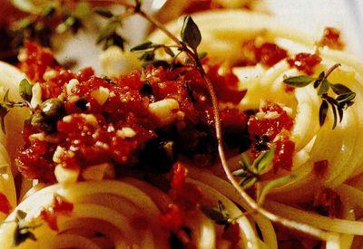 Spaghete cu năut şi sos picant de roşii