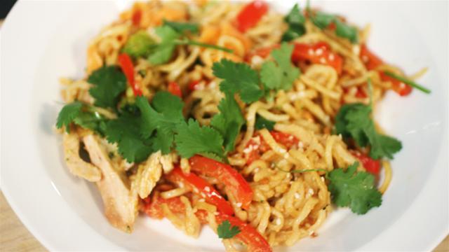 Cum se prepara Noodle cu carne de curcan