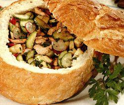 Pâine_taraneasca_umpluta_cu_salata_de_cârnati_si_brânza_Emmental