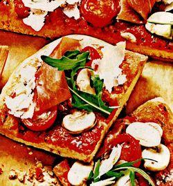 Pizza_cu_rosii_mozzarella_si_sunca_de_Parma