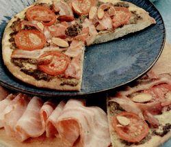 Pizza_cu_sunca_sos_si_ardei_iute