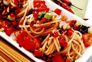 Spaghete_picante_cu_rosii_si_ceapa_verde