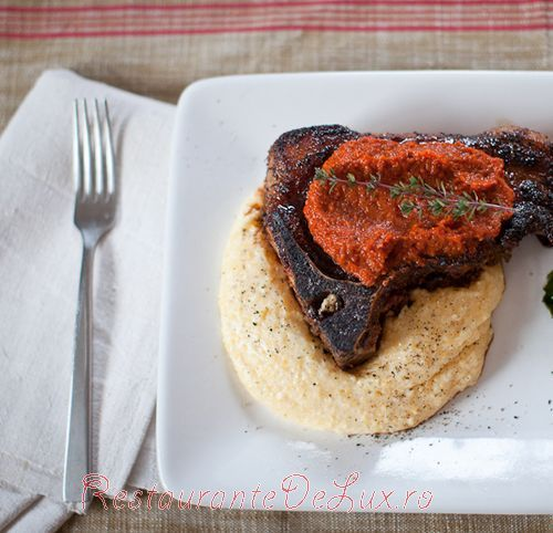 Cotlete de porc la gratar cu sos pe pat de mamaliga