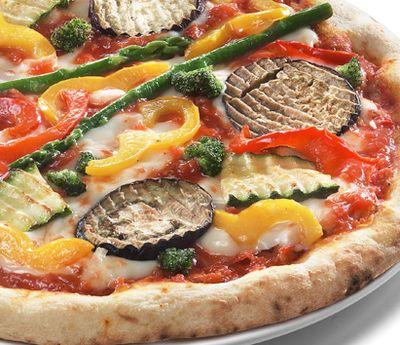 Pizza_cu_ardei_gras_rosii_si_mozzarella