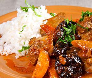 Carne_de_porc_cu_prune_uscate_si_orez