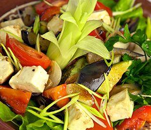 Salata_cu_legume_prajite_banza_si_rosii