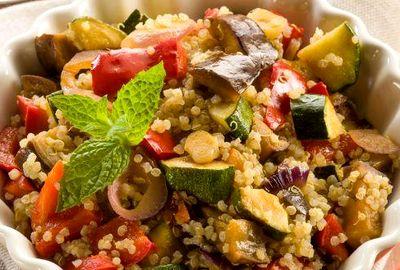 Salata_de_quinoa_cu_dovlecei_vinete_si_ciuperci