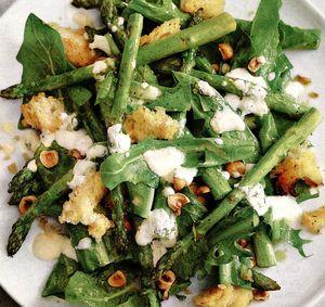 Salată de ruccola cu brânză de capră şi măsline