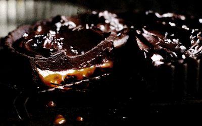 Tarta_de_ciocolata_si_sos_caramel