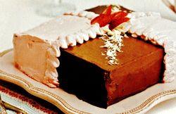 Tort_cu_capsuni_si_fulgi_de_ciocolata