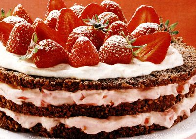 Tort_de_capsuni_cu_frisca