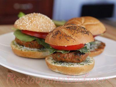 Burgeri_de_curcan_si_sos_de_maioneza_cu_ierburi_aromate_08