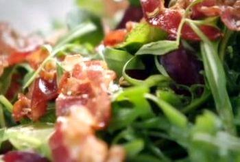 Cum_se_prepara_Salata_cu_panceta_si_sos_cald