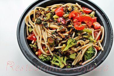 Paste cu sos de legume si nuci de pin