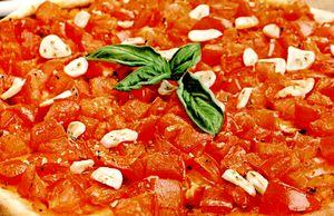 Pizza_cu_rosii_si_usturoi