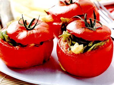 Rosii proaspete umplute cu legume