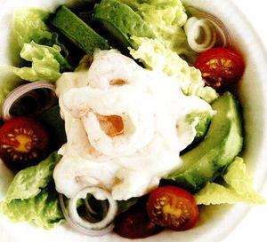 Salata_cu_avocado_creveti_si_rosii_cherry