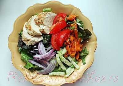 Salata cu piept de pui si vinegreta de otet balsamic