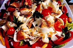 Salata_cu_taitei_carne_de_pui_si_legume