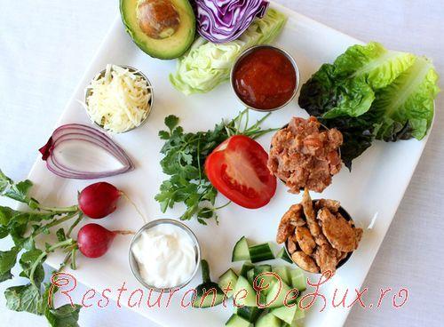 Salata_de_cruditati_cu_pui_in_tortilla