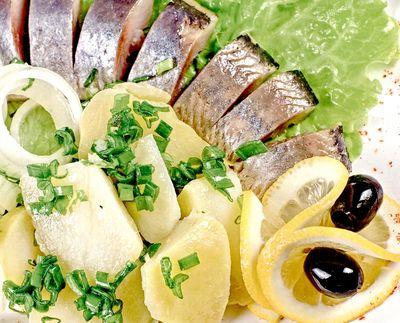 Salata_de_hering_marinat_cu_cartofi