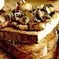 Sandvis vegetarian cu ciuperci