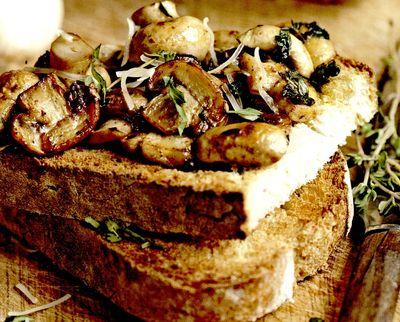 Sandvis cu nuci si ciuperci