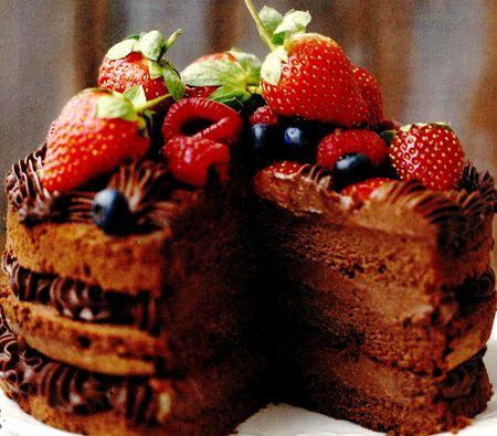 Tort_de_ciocolata_cu_capsune_zmeura_si_afine