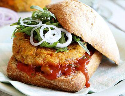 Burgeri_din_porumb_cu_salsa_ceapa_si_frunze_de_salata