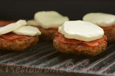 Burgeri pe pat de ciuperci cu sos de rosii