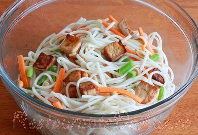 Noodles cu tofu si oua