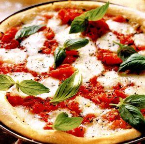 Pizza_cu_mozzarella_si_busuioc