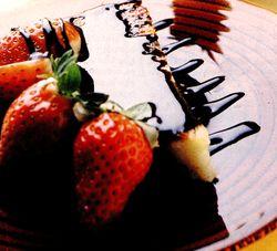 Prajitura_cu_capsuni_si_sos_de_ciocolata