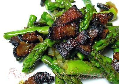 Salata calda de sparanghel cu bacon