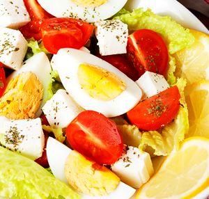 Salata_cu_branza_telemea_ou_si_lamaie