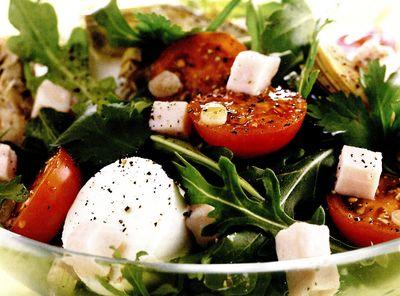 Salata_cu_mozzarella_rosii_si_rucola