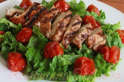 Salata cu piept de pui la gratar si rosii coapte