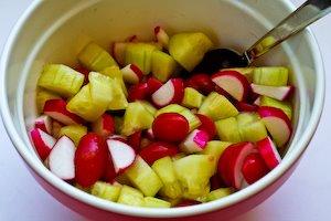 Salata de rosii, castraveti si ridichii