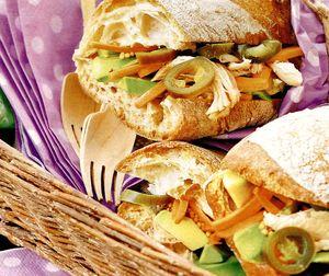 Sandvis cu salata, avocado si mozzarella