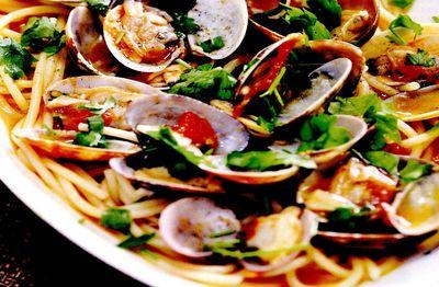 Spaghete_cu_scoici_usturoi_si_rosii