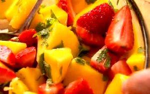 Cum_se_prepara_Salata_de_fructe_cu_tequila